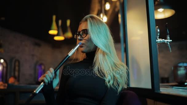 Nő a dohányzás vízipipa pára