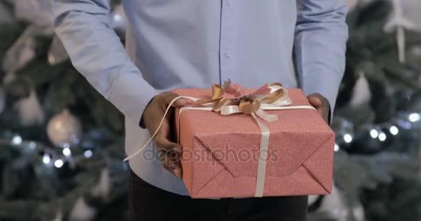 Fekete férfi bemutatja egy ajándék doboz