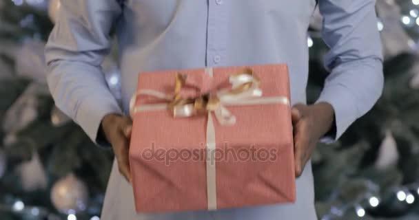 Černý muž představuje dárková krabička
