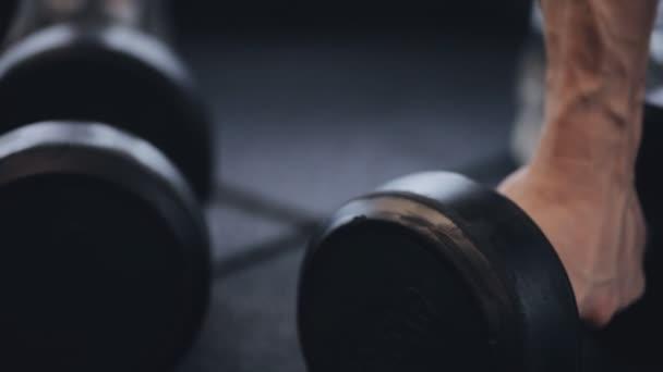 Muži, kteří pracují s činka v posilovně, že čerpání svaly