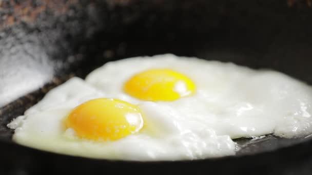 Sütjük egy serpenyőben a csirke tojás, omlett előkészítése
