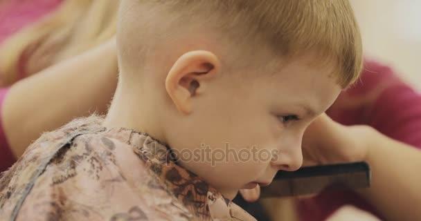 Kind Frisur Nahaufnahme Eines Kleinen Jungen Haarschnitt Im Salon