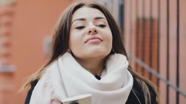 Vicces nő megpróbálja inni minden maradékot kávé pohár üres papír