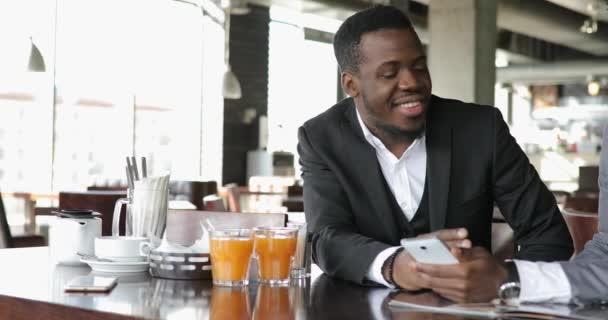 Africké podnikatelé přátel mluvil v kavárně