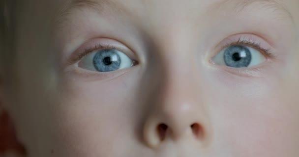Detail malý chlapec modré oči