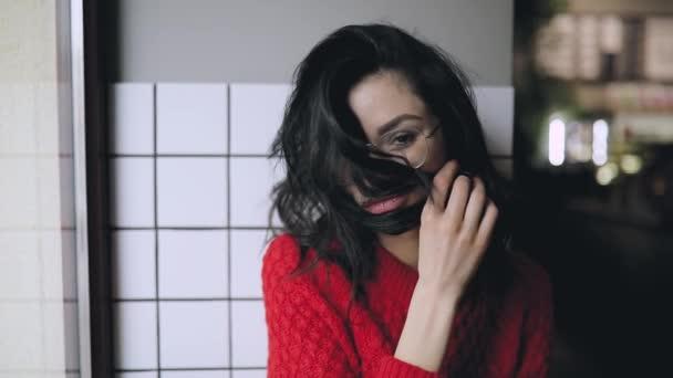 Bruneta žena uzavřena její tvář s vlasy, srandovní výrazy obličeje