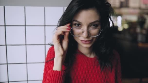 Portrét roztomilé ženy v mrknutí brýle s výrazy obličeje