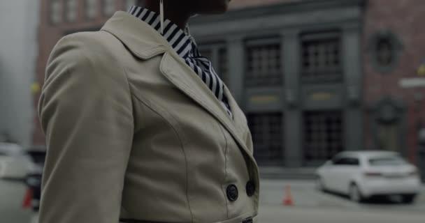 Donna alla moda alla moda indossare occhiali da sole rossi in città urbana