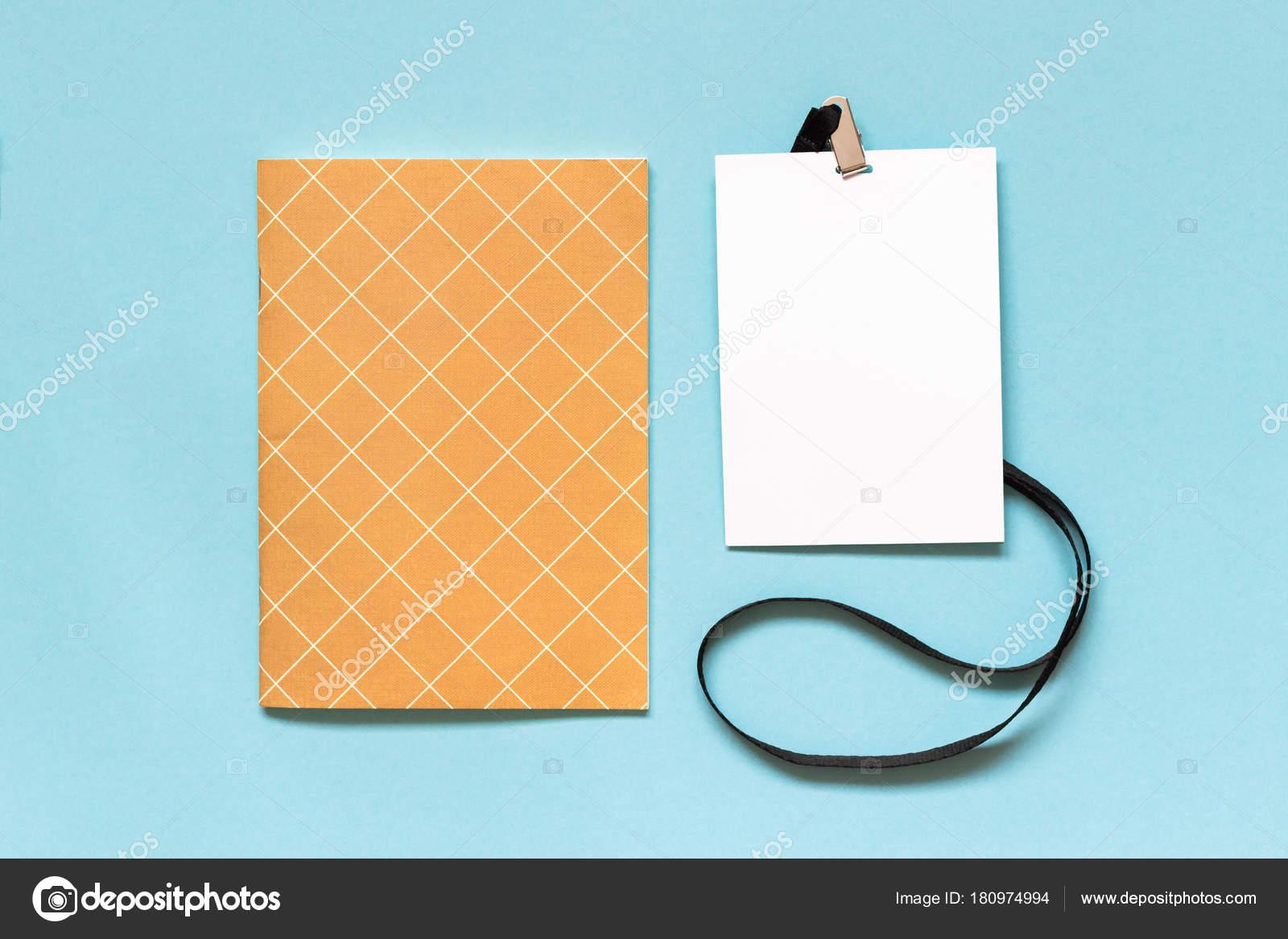 df717bfe21 Λευκό κενό χαρτί σήμα mockup με μαύρο κορδόνι και σημειωματάριο σε μπλε  φόντο. Αντιγράψτε το χώρο για το κείμενο. Πρότυπο — Εικόνα από ...