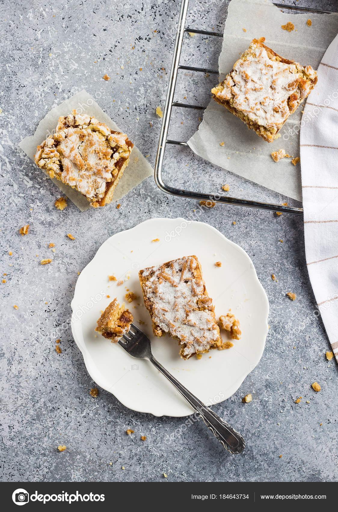 Susse Kuchen Torte Mit Eingekochtes Obst Und Streusel In Weisser
