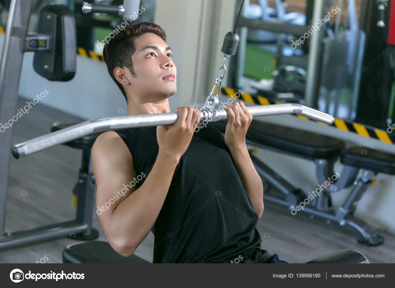 Sport Asiatique homme sport asiatique en altitude. carrossier de formation en salle