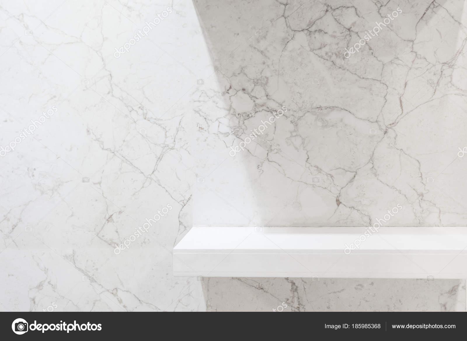 Scaffali del negozio su sfondo depoca in marmo chiaro. oggetti di ...
