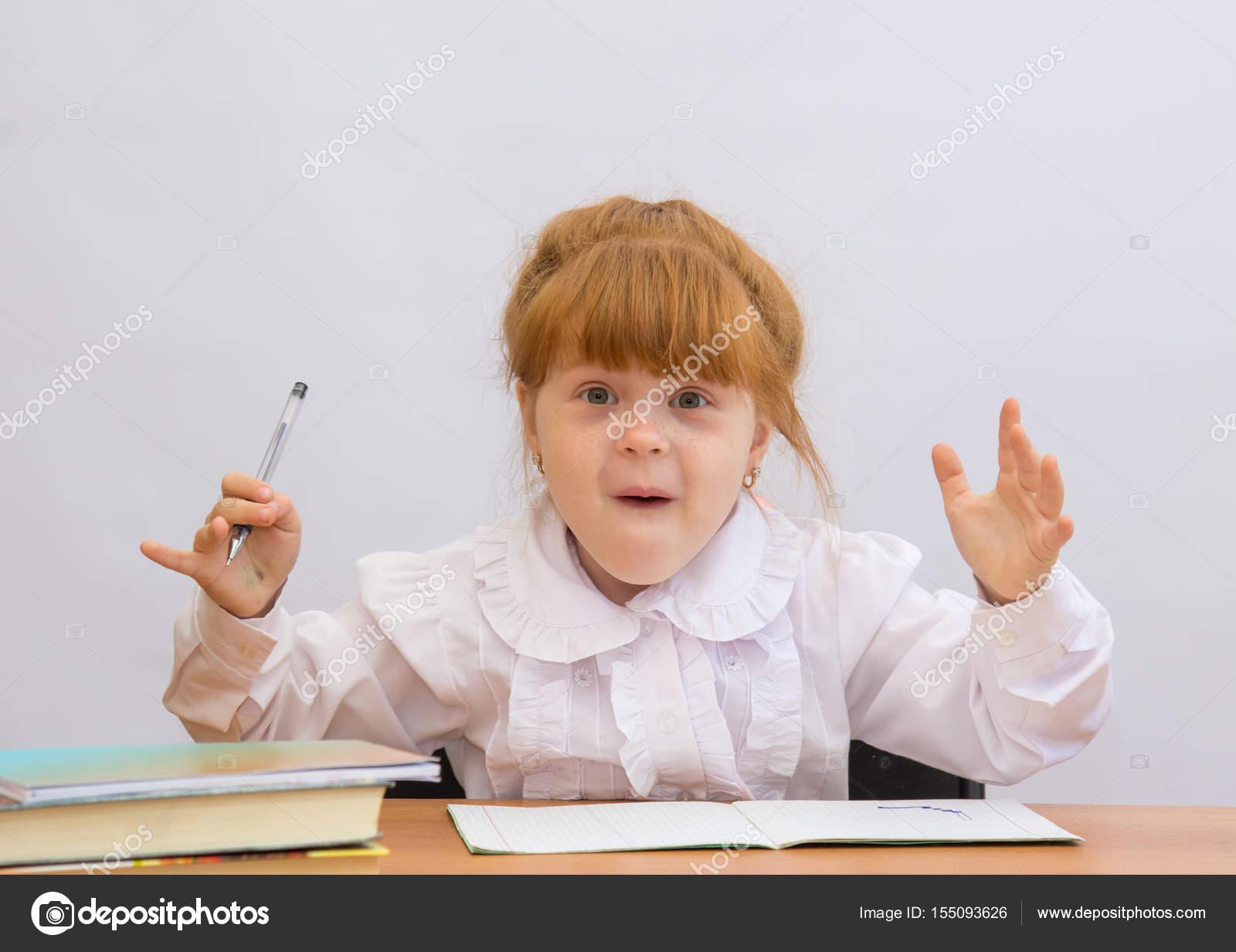 Маленькая девочка с большими пальцами руки вверх наслаждаться в.