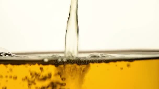 Zelený čaj nalil ve skleněné konvici zblízka