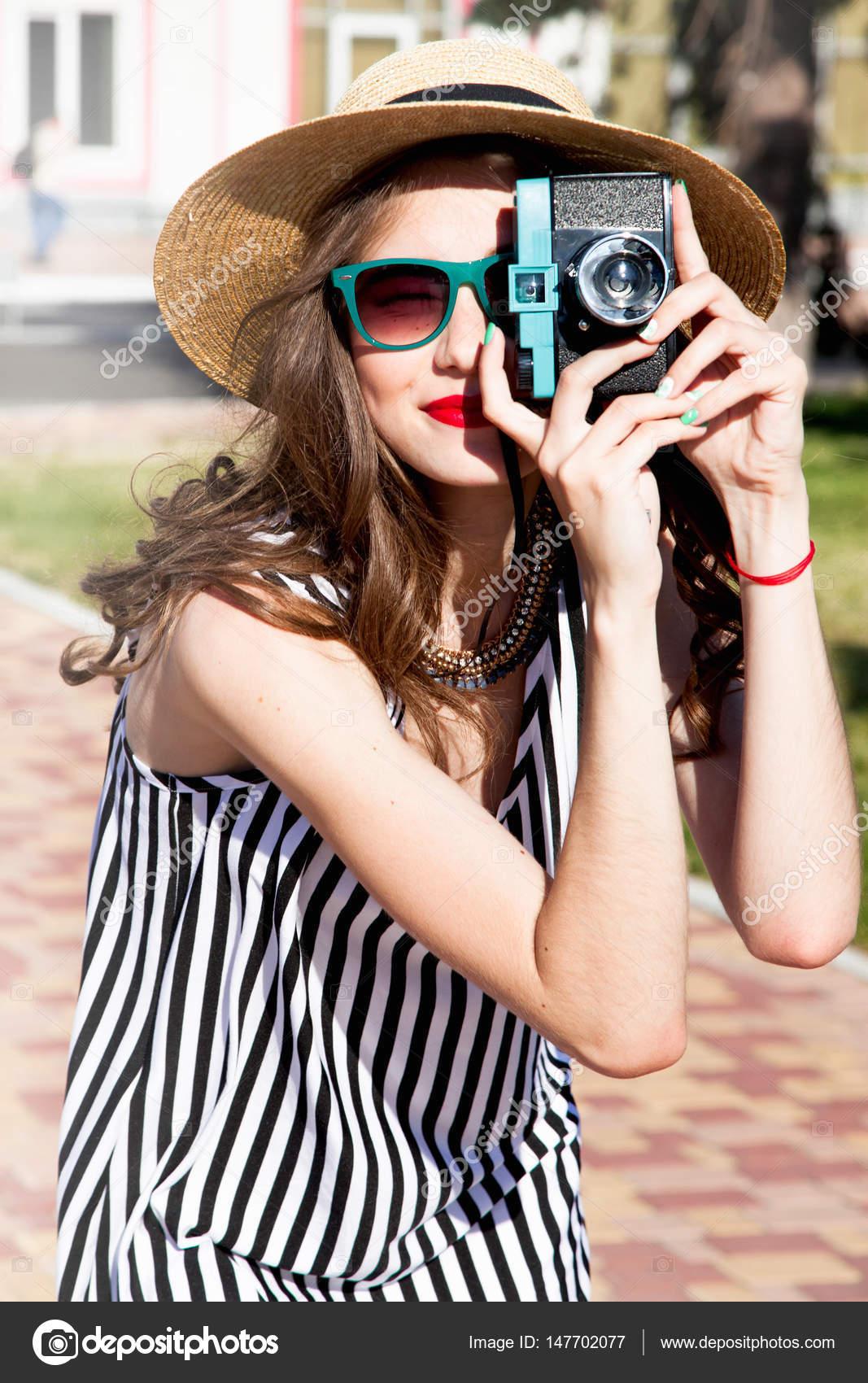 9bbe5c0afa17 Γελώντας πορτρέτο του μοντέρνο και κομψό ευτυχισμένη γυναίκα λήψη  φωτογραφίας με vintage φωτογραφική μηχανή στην ηλιόλουστη μέρα — Εικόνα από  Diana. ...
