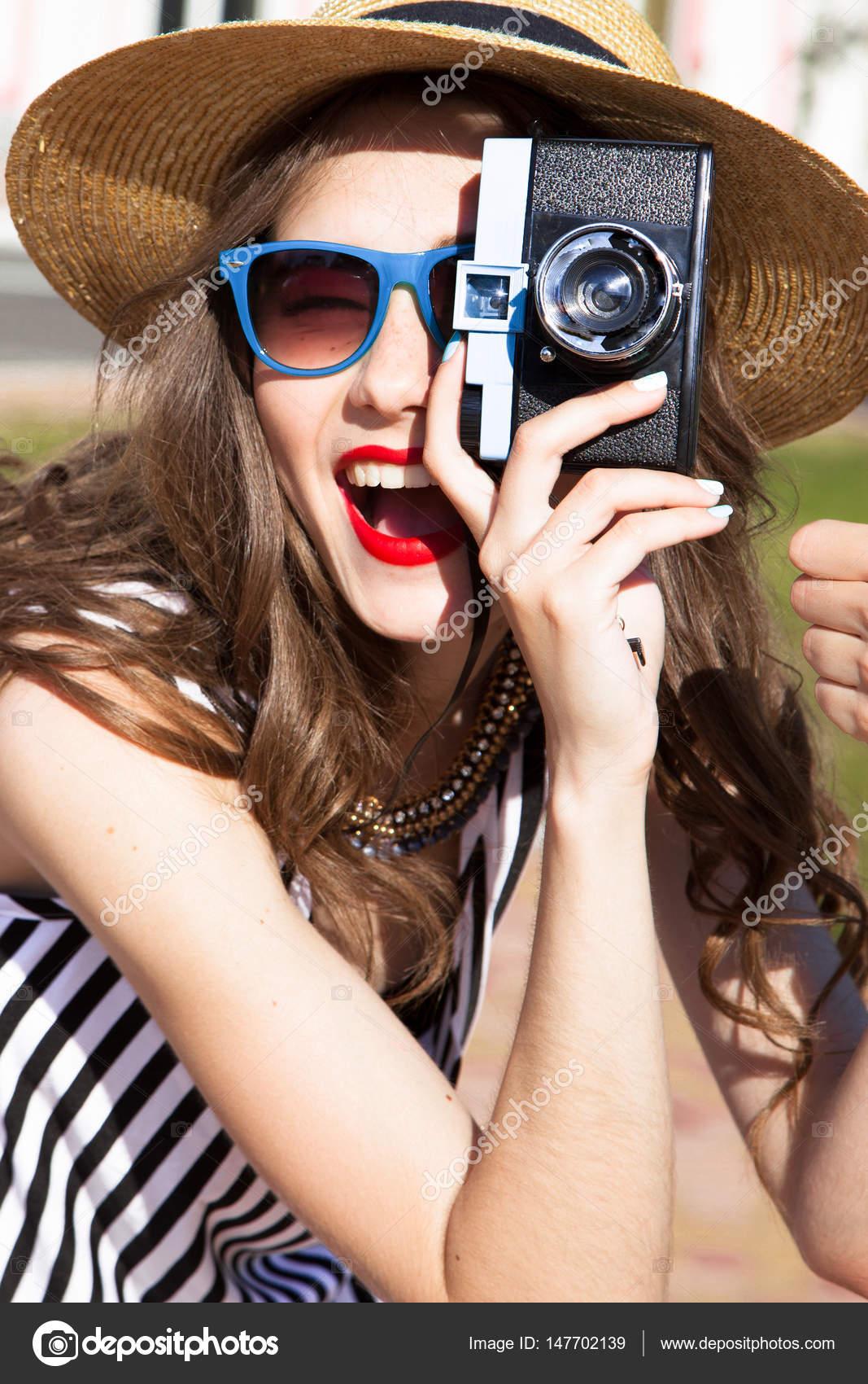 06a6eb309df7 Γελώντας πορτρέτο του μοντέρνο και κομψό ευτυχισμένη γυναίκα λήψη  φωτογραφίας με vintage φωτογραφική μηχανή στην ηλιόλουστη μέρα — Εικόνα από  ...