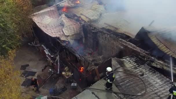 požární průmyslová budova a mlha kouř požárník střelba z výšky antény panoramatický pohled shora létající vzduch
