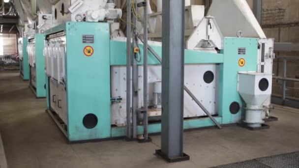 Metallurge jobbt in einem Stahlwerk und gießt heißes geschmolzenes Metall. Hochofenstahlproduktion Stahlwerk. Gießen von heißem flüssigem Metall aus einer Hüttenanlage. Arbeiter Schwerindustrie Fabrik