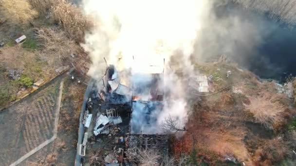 velký požár průmyslová budova a mlha kouř střelba z výšky hasič letecký pohled vzduch létat nebe létání pod domem