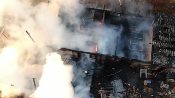 Großbrand Industriegebäude und Nebel Rauch Schießen aus einer Höhe Feuerwehrmann Luftaufnahme Luft fliegen Himmel fliegen unter Haus