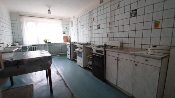 stará společná kuchyň v dlaždici sovětské éry Ussr strachu a hrůzy