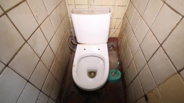 régi piszkos közös közösségi WC közös cserép