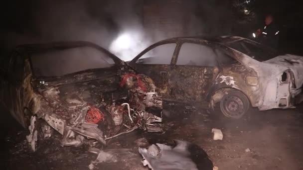 Požár auta na městské ulici muž se snaží uhasit požár s hasicím přístrojem, ale úplně vyhořel interiér
