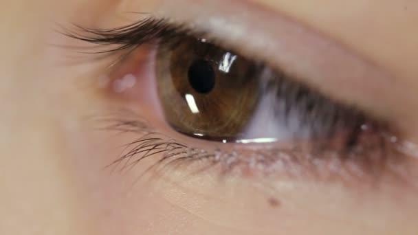 Oční dívka detail, mrkání