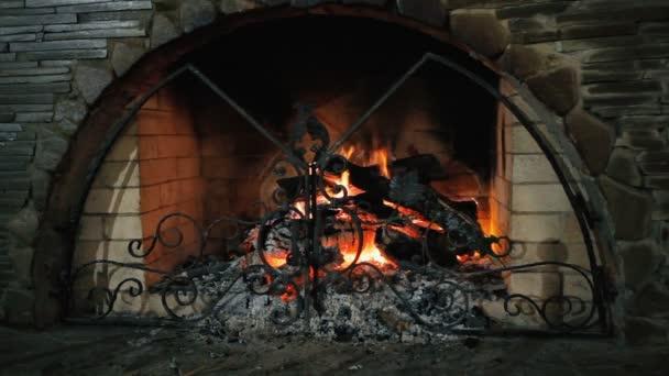 Kamenný krb. Hořící dřevo v krbu.