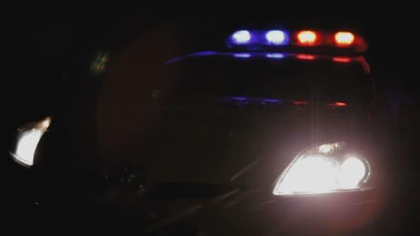 Pattuglia della polizia con inclusi lampeggiatori di notte