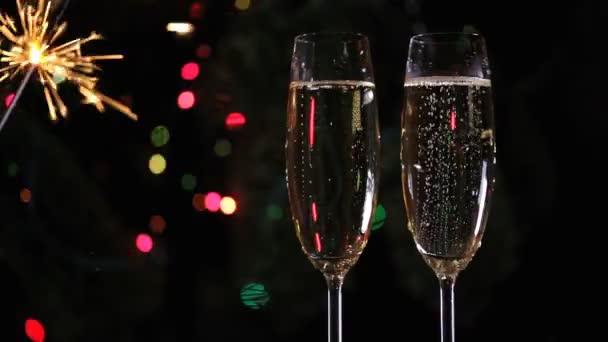 Vánoční ozdoby a dvě skleničky