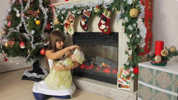 dívka si hraje s panenkou