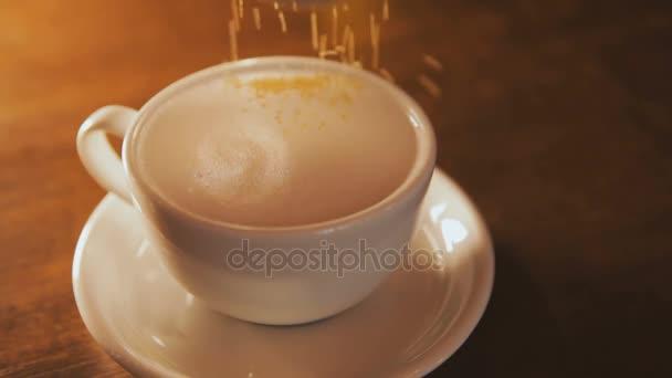 Latte hnědého cukru pokropil na vrcholu