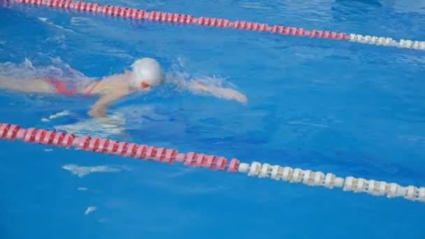 Plavec sportovec rychle překonat trať