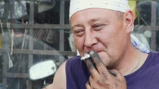 Ein Arbeiter zündete sich eine Zigarette an