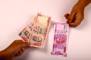 New Indian Currency publish on 9 November 2016, holding currency notes in woman hand, new currency 2000 rupee note