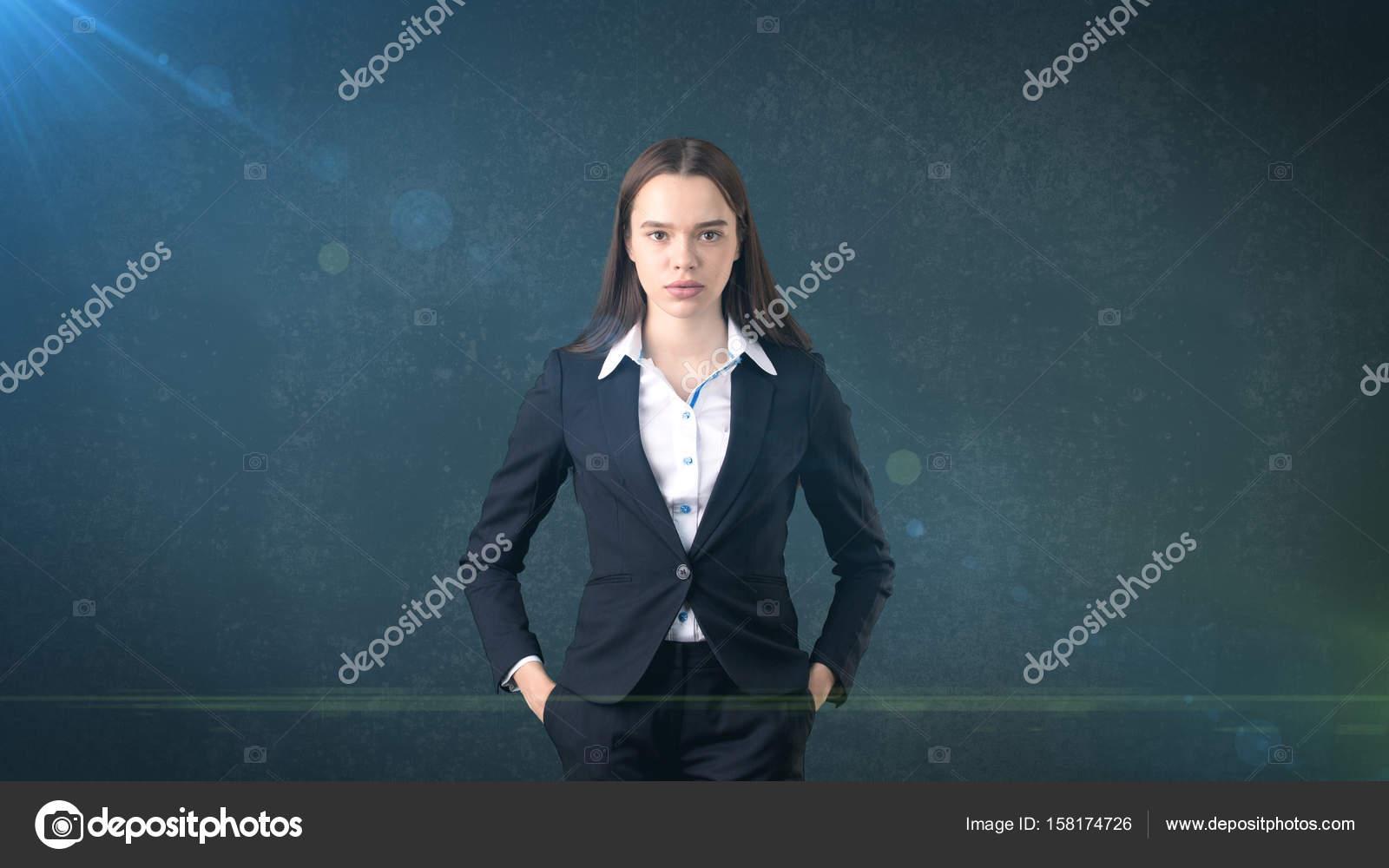 bfe6bc75f6bd Junge Frau Businesskleidung im schwarzen Anzug und weißem Hemd steht ...