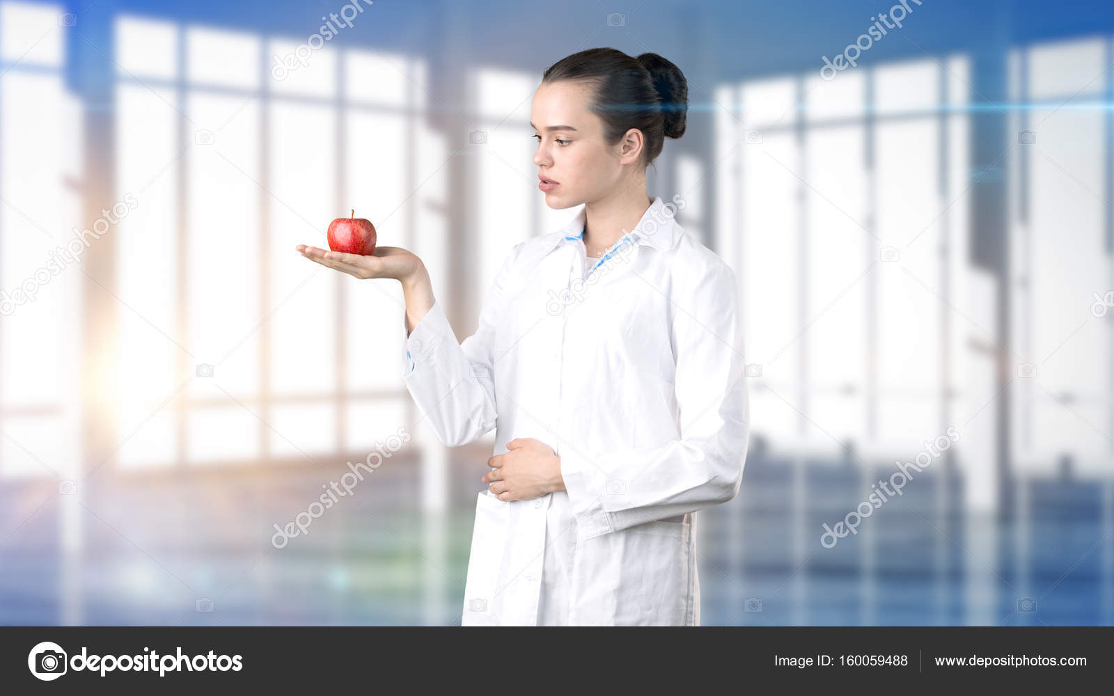 Médico de linda mulher médica de uniforme. Estúdio pintada o fundo.  Conceito de cuidados d10c03be416db