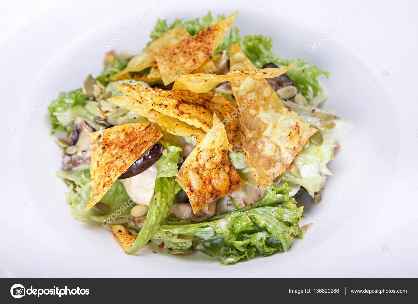 Salat Mit Chips Stockfoto Alexshyripa 136820266