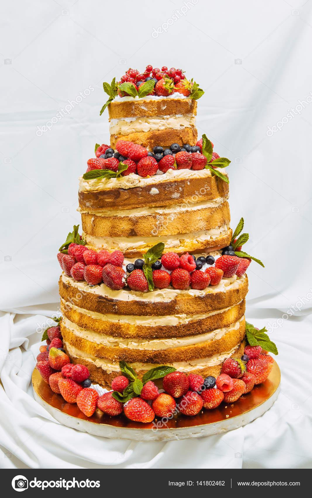 Hochzeitstorte Mit Obst Stockfoto C Alexshyripa 141802462