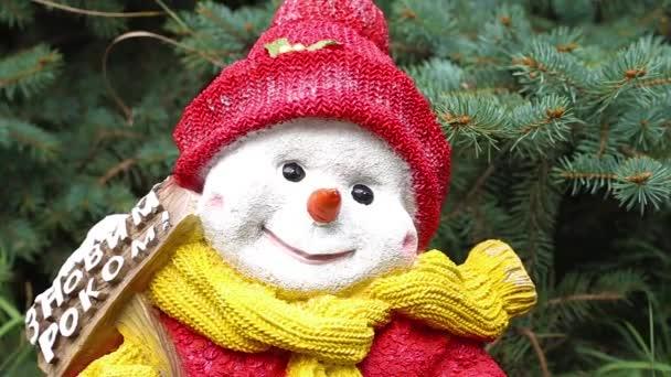 Vánoční sněhulák na trávě pod stromem, Vánoce v teplých zemích