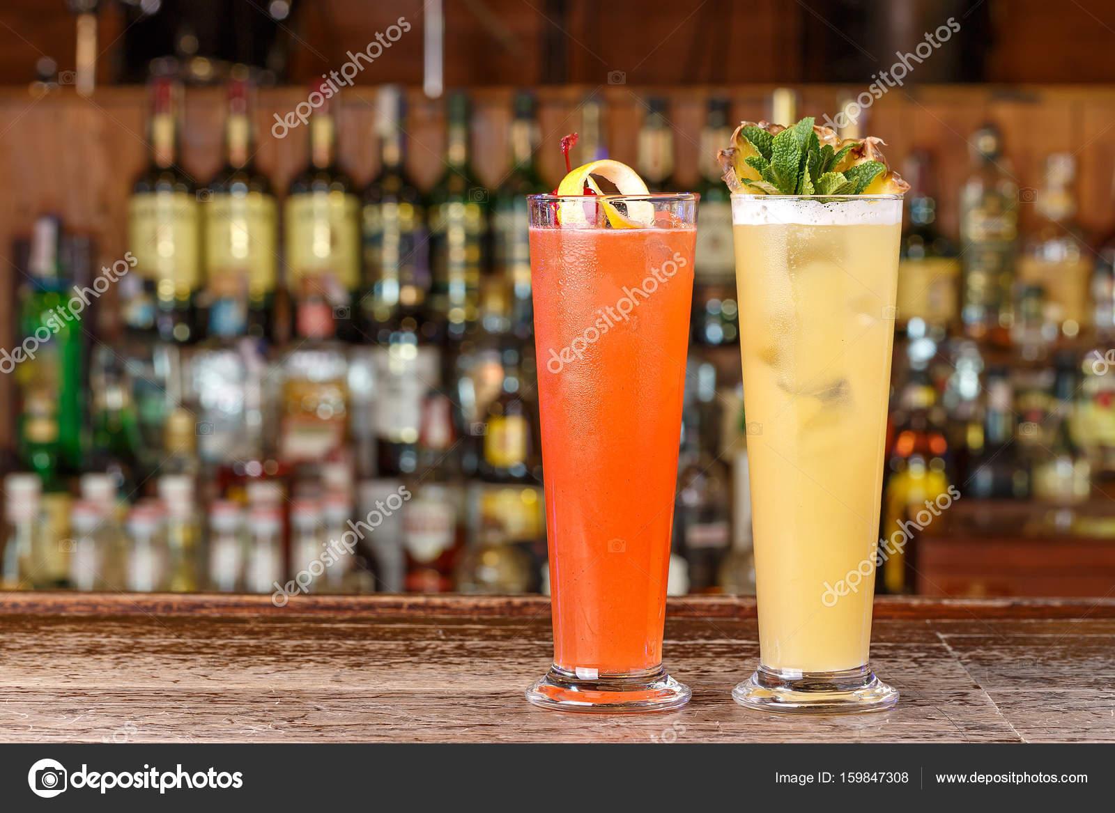 Diferentes cocktails no bar — Stock Photo © Alexshyripa #159847308