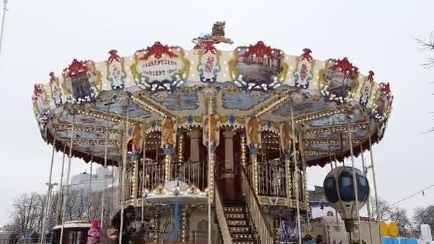 krásný kulatý dětský kolotoč se točí v zábavním parku