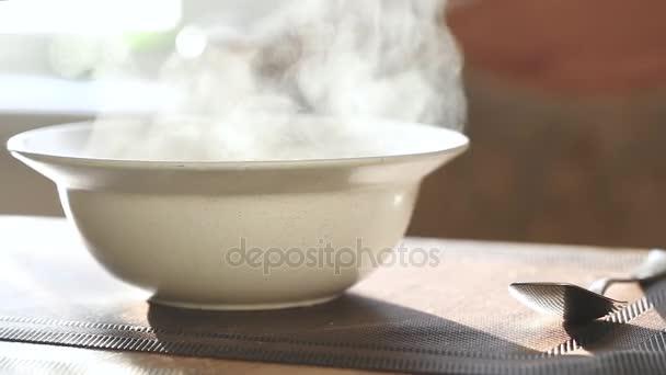 teplé jídlo v hluboký talíř