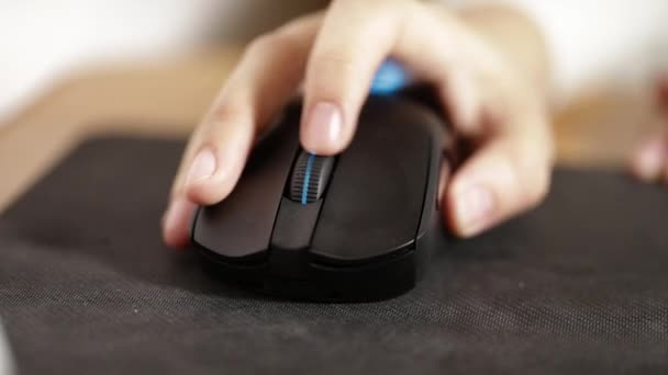 girl working with a computer mouse, hand close-up
