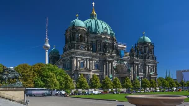 Zeitraffer des Berliner Doms an einem sonnigen Tag.