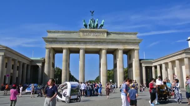 berlin, deutschland. ca. august 2016. touristen besuchen brandenburger tor. Vergrößern.
