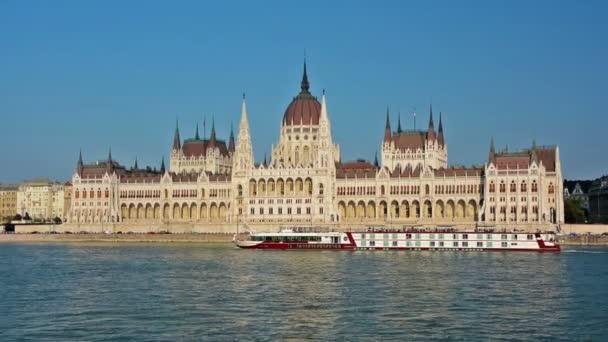 Magyar Parlament és kompok a Dunában, Budapest, Magyarország
