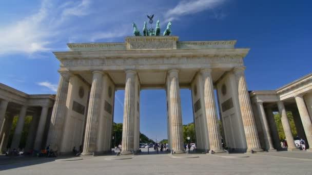 Touristen besuchen Brandenburger Tor.