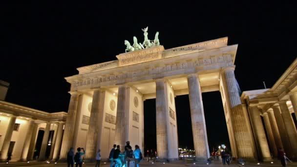 Brandenburger Tor in Berlin bei Nacht.